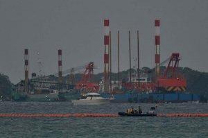辺野古崎付近に到着したスパット台船=10日午前6時39分、名護市辺野古沖