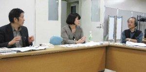 引き取り運動の進め方について意見を交わす(右から)歌野さん、里村さん、永好さん。会合には計16人が参加した=5日、福岡市