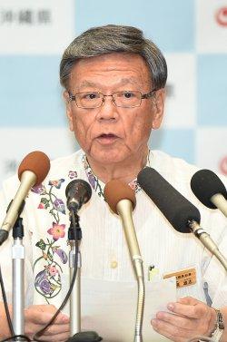 記者会見する翁長知事=11日午後、沖縄県庁