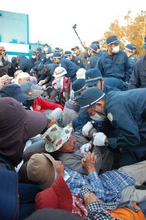 座り込む市民らを強制排除する機動隊員=19日午前7時すぎ、名護市辺野古