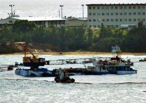 名護市辺野古沖に入ったクレーン船=22日午後2時5分