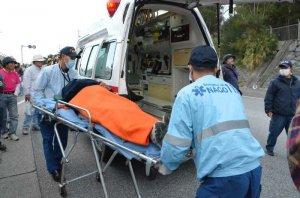 機動隊に強制排除される際、肋骨を折って救急搬送される男性=28日午前7時20分、名護市辺野古のキャンプ・シュワブゲート前