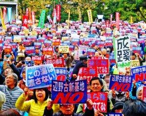 「辺野古に新基地は造らせない」と訴えた約4500人の参加者ら=29日、東京・日比谷野外音楽堂