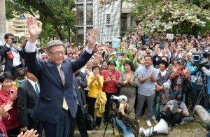 支援者の集会に参加し、議員や支持者ら声援に応える翁長雄志知事=2日、那覇市楚辺