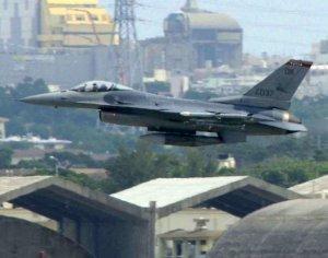 嘉手納基地を離陸する、米オクラホマ州のタルサ空軍基地に所属するF16戦闘機=10月26日、同基地