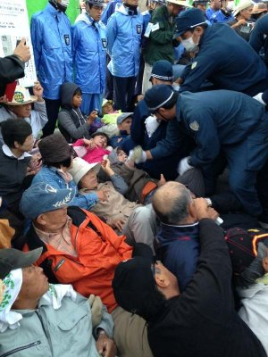 キャンプ・シュワブゲート前に座り込んで抗議する中、機動隊によって強制的に排除される市民=5日午前7時半ごろ、名護市辺野古