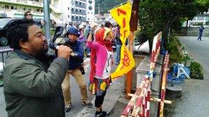 沖縄平和運動センターの山城博治議長ら3人の早期釈放を求めて抗議する市民ら=6日午前、名護署前