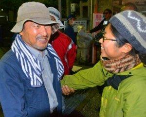 名護署から釈放された山城博治さん(左)を出迎える仲間たち=6日夜、同署前