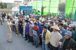 米軍キャンプ・シュワブゲート前で抗議の声を上げる市民ら=9日午前9時すぎ、名護市辺野古