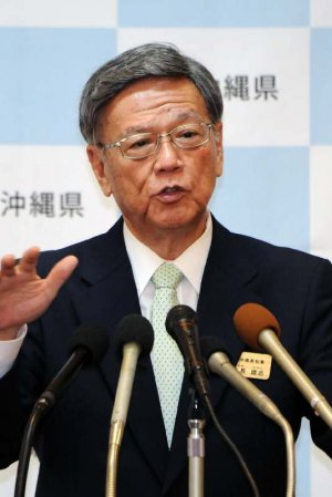 知事就任1年で会見する翁長雄志知事=9日、県庁