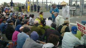 新基地建設に抗議し、米軍キャンプ・シュワブゲート前に座り込む市民ら=10日午前、名護市辺野古