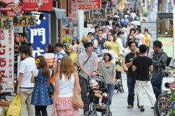 大勢の観光客でにぎわう国際通り=2014年5月撮影