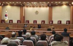 日韓請求権協定をめぐる訴えについて、違憲か合憲かの判断をせず却下した韓国憲法裁判所=ソウル(AP=共同)