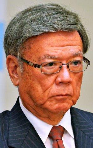 抗告訴訟について会見する翁長雄志知事=25日午後、沖縄県庁