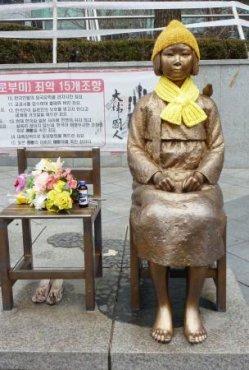 ソウルの日本大使館前に設置されている少女像(共同)