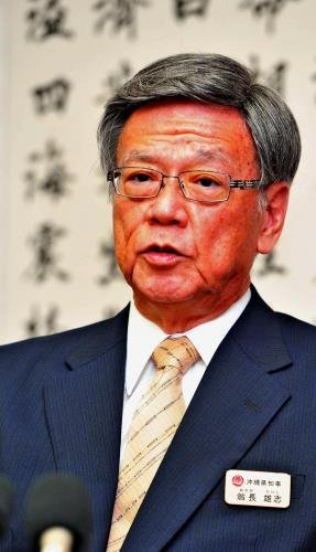 報道各社のインタビューに答える翁長雄志知事=2015年12月22日、県庁