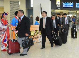 那覇空港に到着し、関係者に歓迎を受ける柔道日本代表選手団=4日、那覇空港