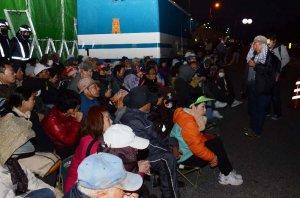 早朝から米軍キャンプ・シュワブゲート前に座り込む市民ら=20日午前6時47分、名護市辺野古