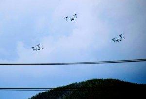 旋回訓練するオスプレイ3機=20日午後4時40分すぎ、宜野座村