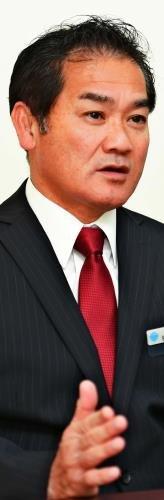 本紙のインタビューに答える佐喜真淳氏=25日午前、宜野湾市野嵩の選対事務所