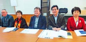 代執行訴訟の事前集会への参加を呼び掛ける「オール沖縄会議」の高里鈴代共同代表(左から2人目)ら=25日、那覇市