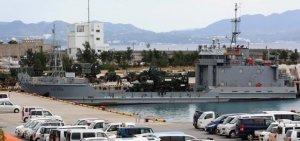 伊江港に入港した米陸軍所属の揚陸艇=26日、伊江村・同港