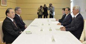 「政府・沖縄県協議会」の初会合に出席した(右から)中谷防衛相、菅官房長官と沖縄県の翁長雄志知事(左から2人目)ら=28日午前、首相官邸