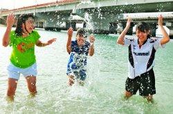 ビーチで水遊びを楽しむ中学生=29日午後、那覇市若狭・波之上ビーチ