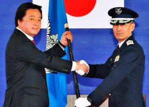 若宮副大臣(左)から司令旗を授与される第9航空団の川波清明司令=31日、航空自衛隊那覇基地
