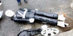 事故の衝撃で倒れた「宮古島まもる君」=2日午後、宮古島市(宮古島地区交通安全協会提供)