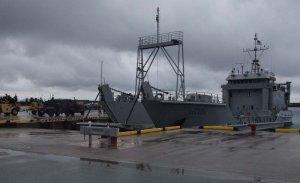 伊江港に再び入港した米陸軍の揚陸艇=5日午後2時15分ごろ、伊江村