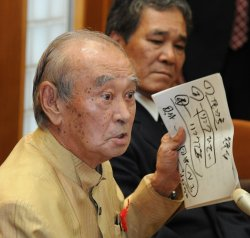 記者会見で埋め立て承認の理由を説明する仲井真弘多前知事(2013年)