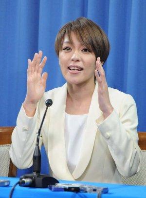 手話を交え、出馬の理由を語る今井絵理子さん=9日、自民党本部