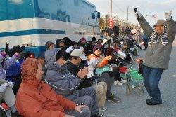 工事用車両の出入りがなく「基地建設を止めたぞ」と喜ぶ抗議団=10日午前8時、名護市・米軍キャンプ・シュワブゲート前