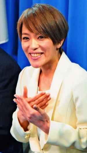 手話を交え、立候補の意欲を語る今井絵理子氏=9日、自民党本部