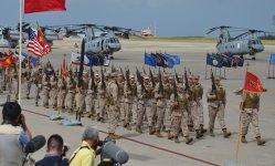 普天間飛行場内の式典で行進する海兵隊員=2013年8月