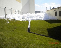 排水溝に流れる泡消火剤。情報公開制度で入手した写真=2013年12月4日、嘉手納基地(ジョン・ミッチェル氏提供)
