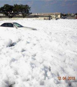 格納庫から流出した泡消火剤で地面と車が覆われた。情報公開制度で入手した写真=2013年12月4日、嘉手納基地(ジョン・ミッチェル氏提供)