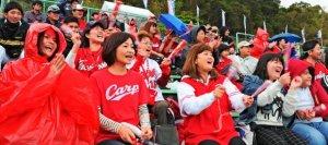 広島とヤクルトのオープン戦で選手に声援を送る観客=20日午後、浦添市民球場