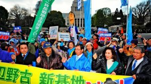 辺野古への新基地建設反対を訴え、国会を人間の鎖で包囲する参加者たち=21日午後3時45分ごろ(大野亨恭撮影)