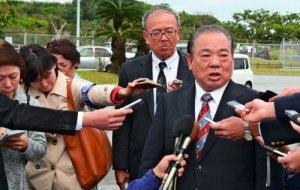 米軍嘉手納基地の第18施設群への要請後、取材に応じる安慶田光男副知事(右)=嘉手納町・同基地の第1ゲート前