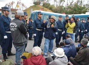 米軍キャンプ・シュワブの第2ゲート前で抗議する市民ら=1日午前7時半ごろ、名護市辺野古