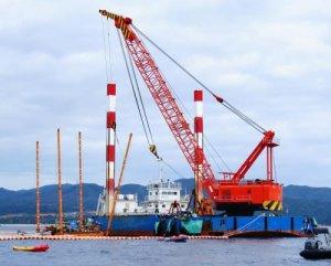 海上で組み立てられるスパット台船=2日午前10時25分、名護市辺野古沖