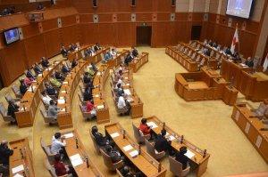 米海兵による暴行事件に対する抗議決議、意見書を全会一致で可決する県議会=22日、県議会