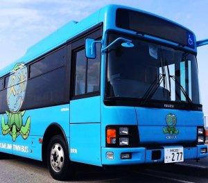 宮崎駿さんが描いたロゴマークを取り入れた久米島町営バス