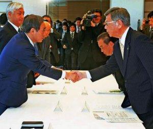 政府・沖縄県協議会で握手する菅官房長官(左)と沖縄県の翁長雄志知事=23日午後、首相官邸