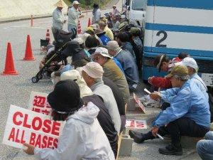 うるま市島ぐるみ会議のバスなどもあり、約120人が集まった木曜行動の集会=31日、名護市辺野古米軍キャンプ・シュワブのゲート前