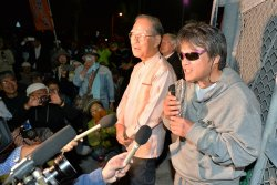 逮捕された時の状況を説明する芥川賞作家の目取真俊さん=2日午後7時32分、沖縄市の中城海上保安部前