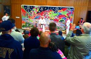 空手のデモンストレーションを見る部屋いっぱいの見学者=ジョージ・ワシントン大学テキスタイル博物館