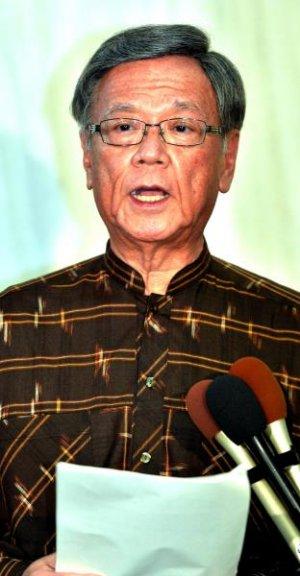 普天間飛行場の返還合意から20年で、記者団の質問に答える翁長雄志知事=8日午後6時過ぎ、沖縄県庁